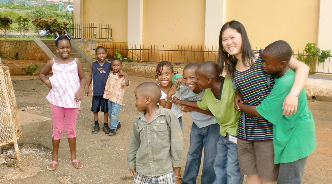 ジャマイカの子供たちと交流する日本人チャイルドケアボランティア